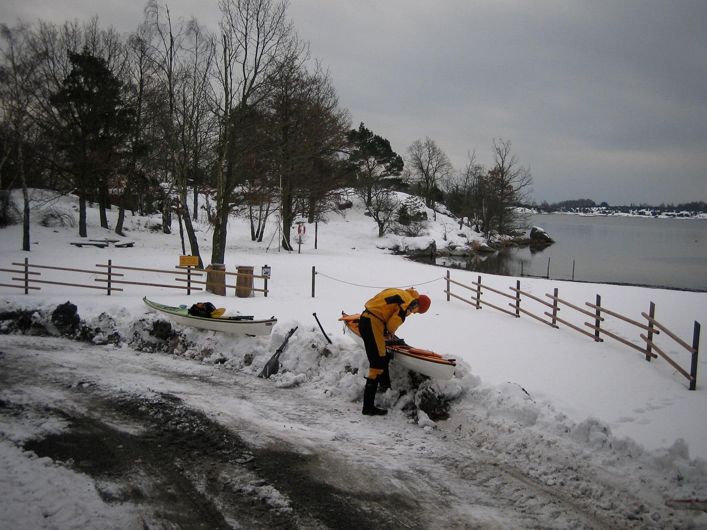 Kajakpackning på snövall vid Nytäppet badplats