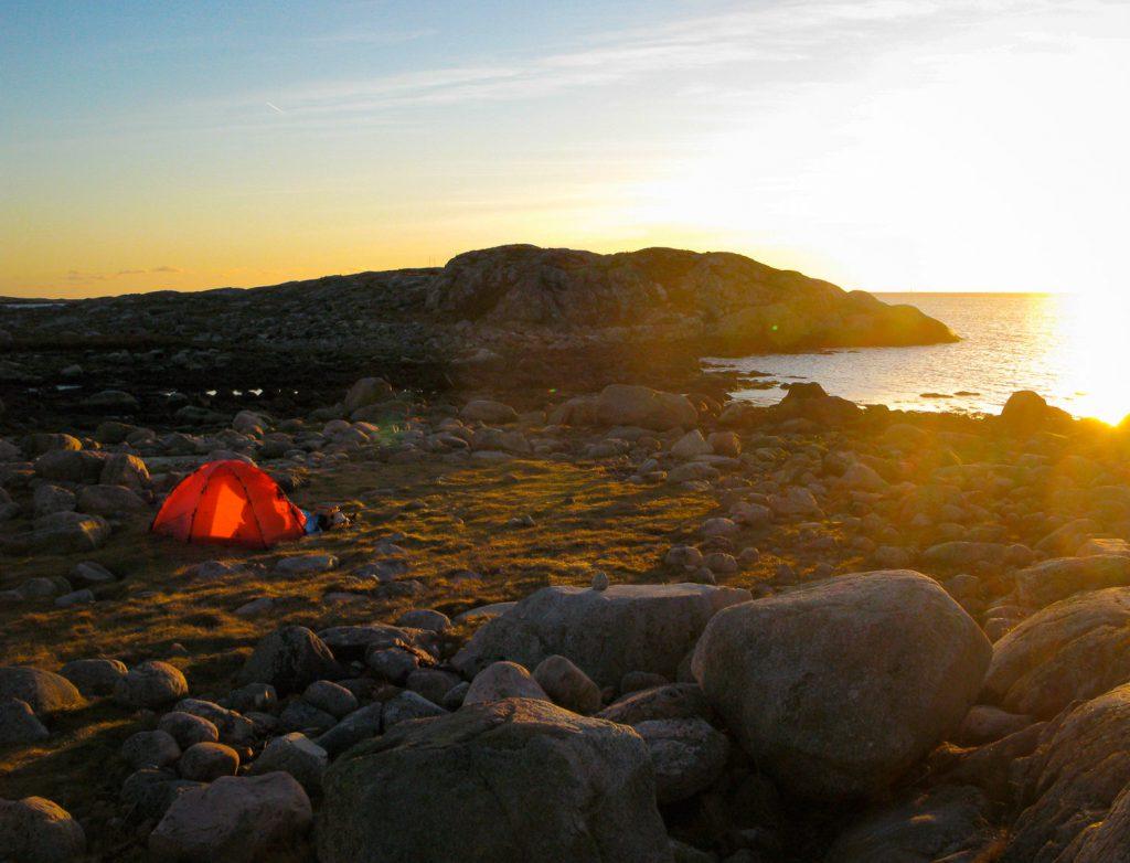 Tält på Tanneskär med vy mot horisonten