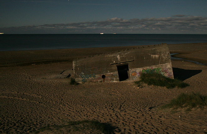 Bunker på stranden mitt i natten