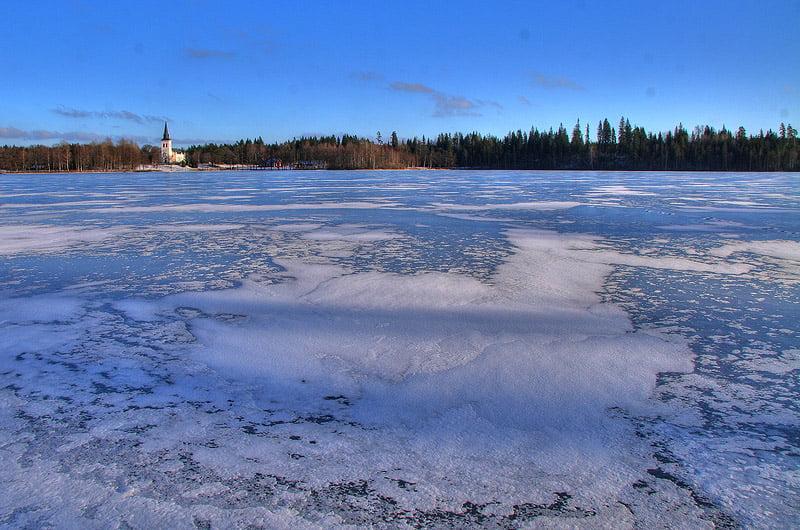Is med lite tunna snöfläckar på Almesåkrasjön