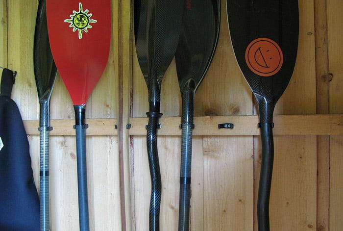 Paddlar upphängda i speciella paddelhållare