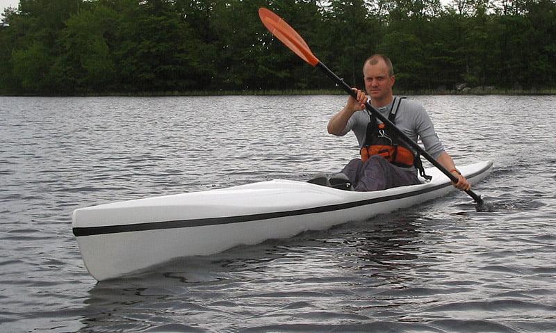Erik i Surfski med plattpaddel, skulle klart varit med vinge... ;-)