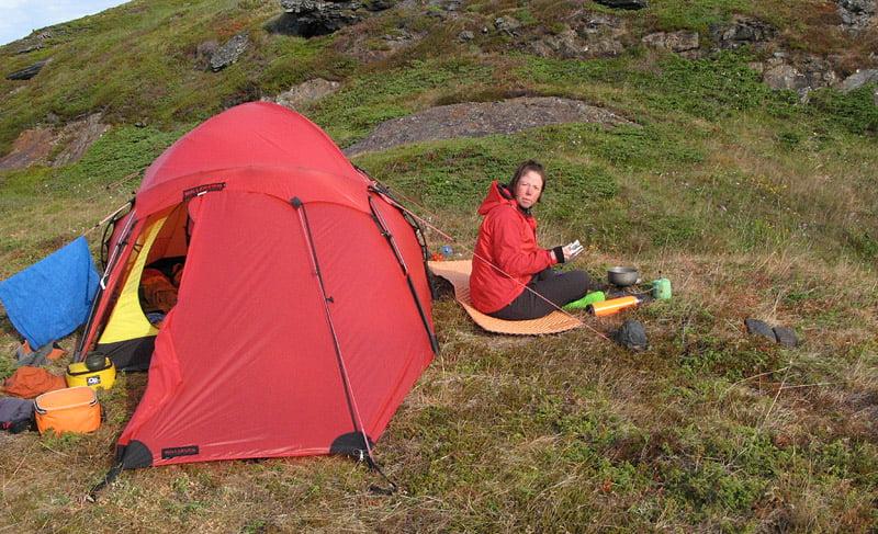 Frukost i lä av tältet