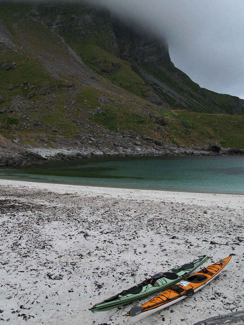 Kajakerna på den vackra stranden nedanför Lovund