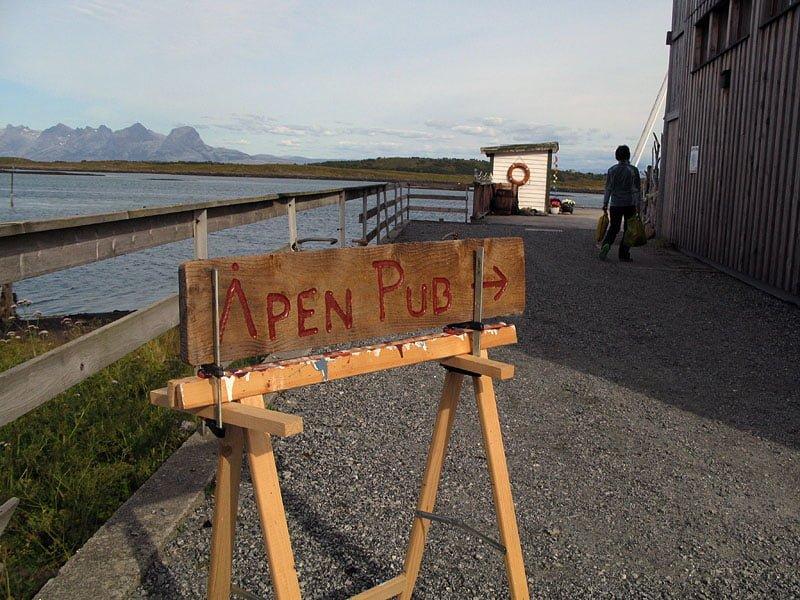Öppen pub hos Havnomaden, perfekt. Puben är för övrigt en samlingspunkt för öns bofasta invånare.