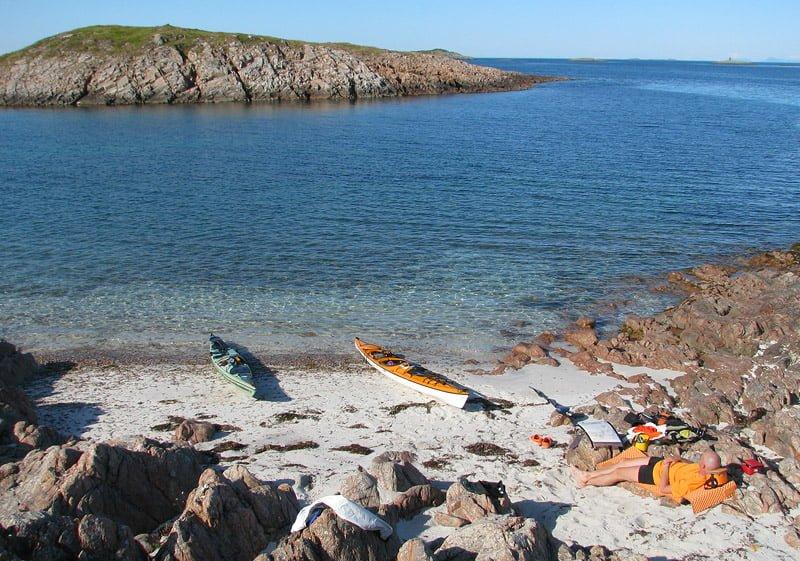 Erik slappar i solen på finfin ö precis efter överfarten.