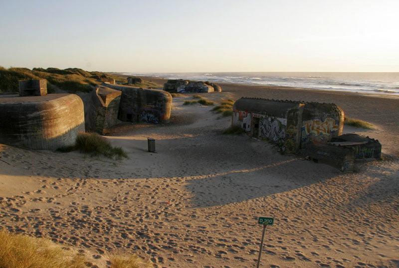 Släpljus på bunkers på fin strand, precis nedanför campingen