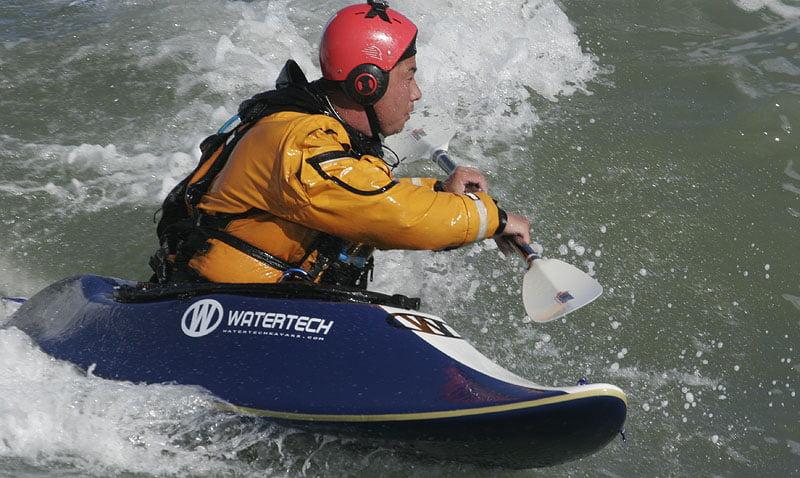 En duktig dansk i en av Watertechs surfkajaker