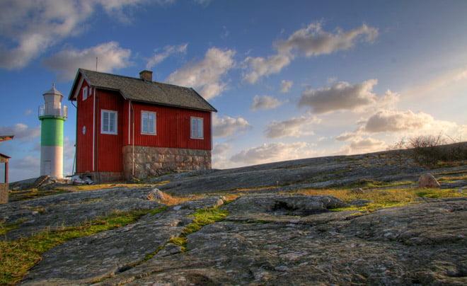Den färdiga bilden, med bra himmel, fina klippor och ett utstickande fyrhus.