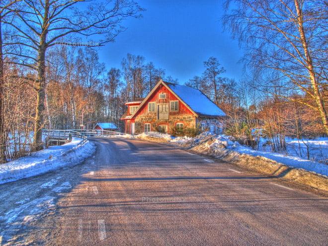 Gammal kvarnbyggnad uppe vid Rössjön/Rössjöholmsåns start. Från igår morse. Tre bilder.