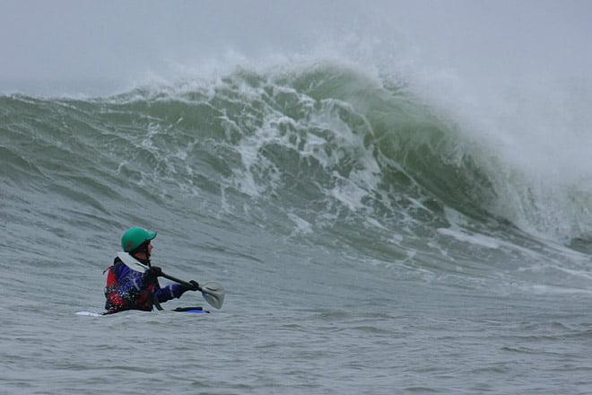 Pia kollar in vågorna som far förbi