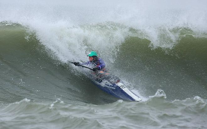 Pia toksurfar på en av de största vågorna. Riktigt rejält åk.