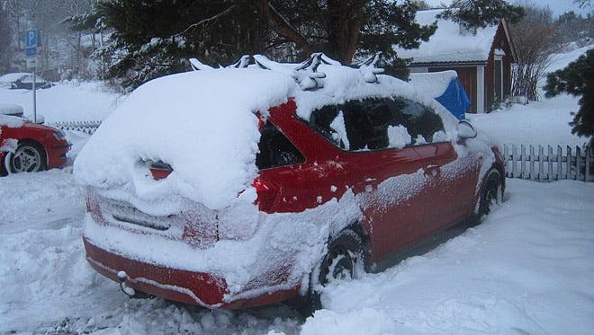 Lite mer snö runt bilen