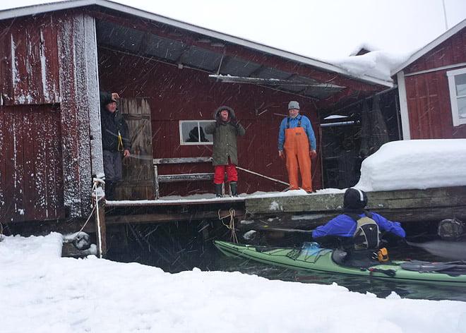 Christian, Eliasbeth och Owe vinkar iväg oss från Örö