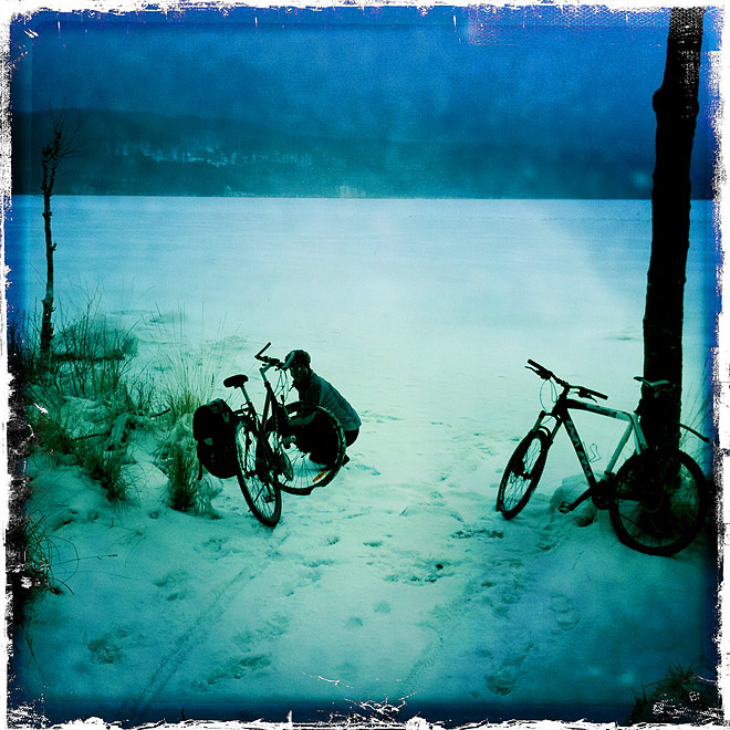 Snötäckt is på Västersjön. Några pimpelfiskare ute.