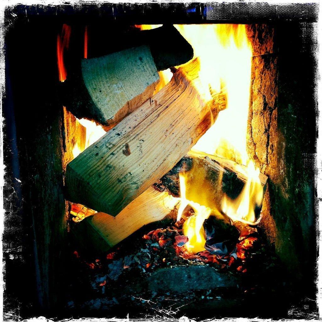 Värmande och mysig eld i fin kakelugn. Bild: eriksjos