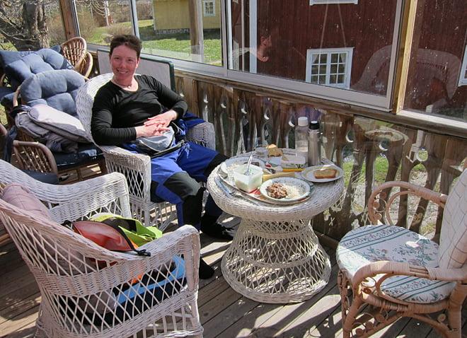 Lunch på verandan i farfarshuset