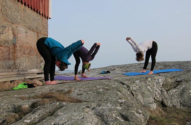 Stretching på solvarma klippor
