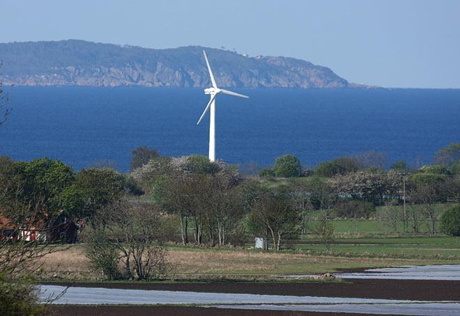 Vindkraft med Kullaberg i bakgrunden