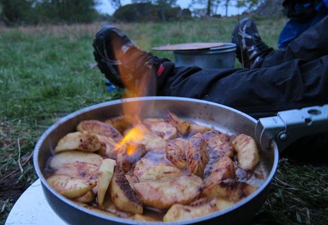 Flambering av äppleklyftor! Kenneth stod för det mesta i matväg!