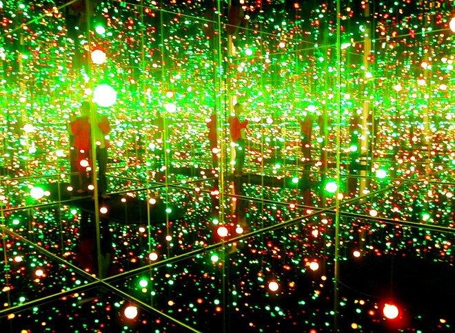 Ett mörkt rum, vatten på golvet, massa speglar och lysande bollar. Mysigt