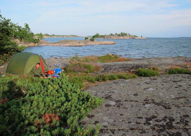 Tältplatsen på Kålsö. Vi la oss en bit in för att få lite lä. Allra finast är det annars precis vid kanten
