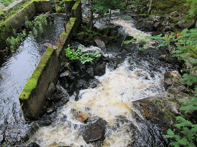 Rogivande vattenljud i/vid en gammal kvarn
