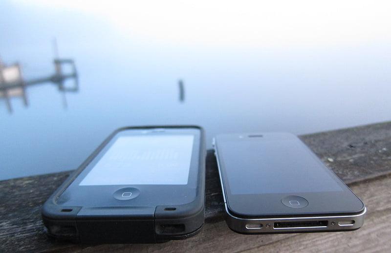 En iPhone med och en utan Lifeproof