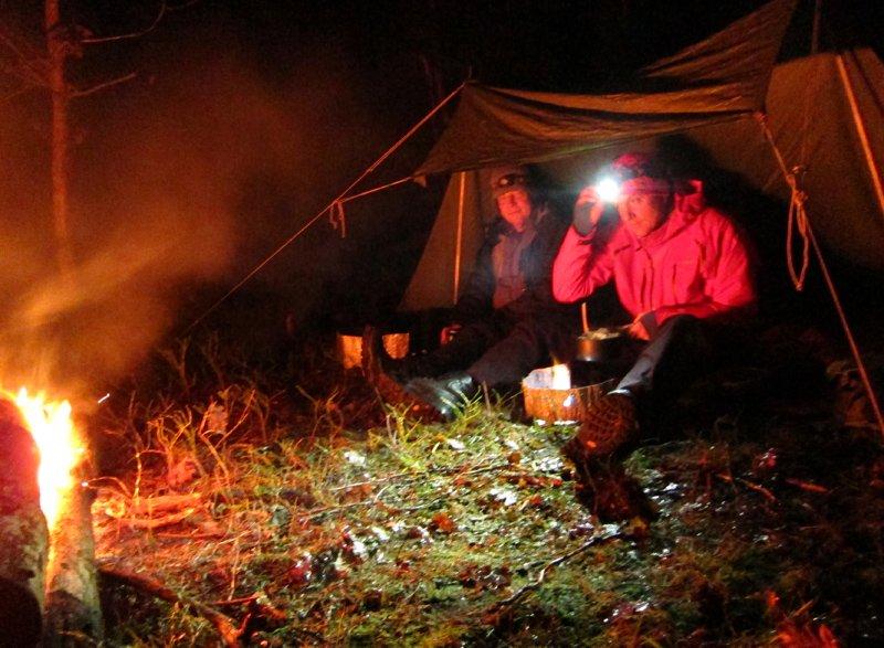 Eld och vindskyddsmys. Snöslask och kulingväder