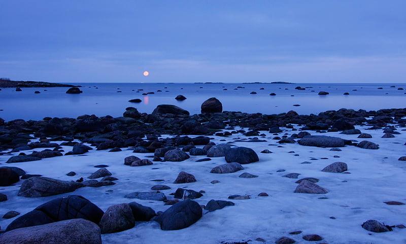 Månen visar sig lite innan den gömmer sig för dagen