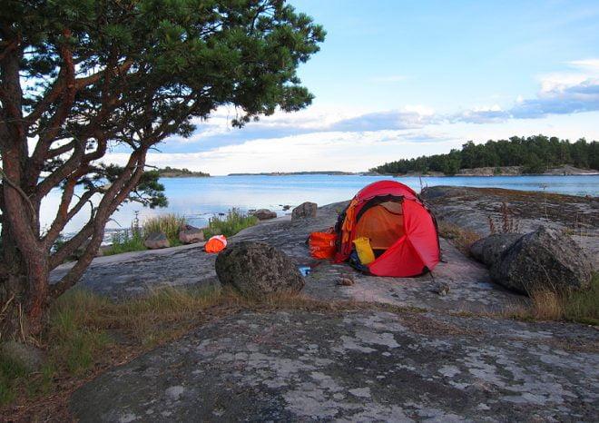 Vy sydost från Lilla Vippholmen. Snuggö i bakgrunden