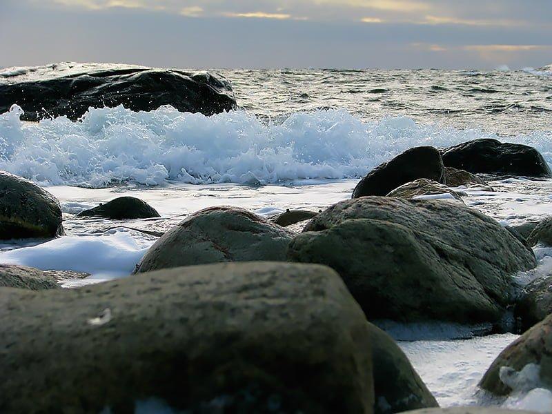 Vågor slår mot stenarna