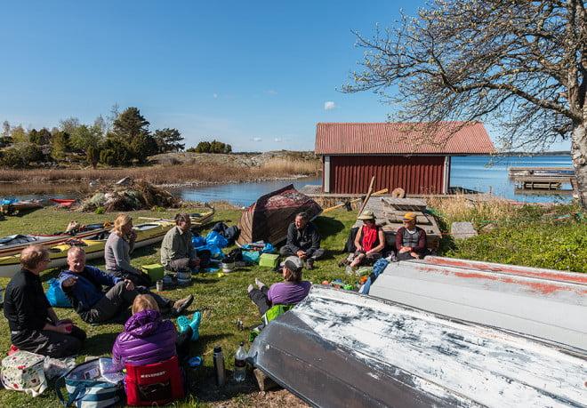Frukost i gräset bland båtar och kajaker