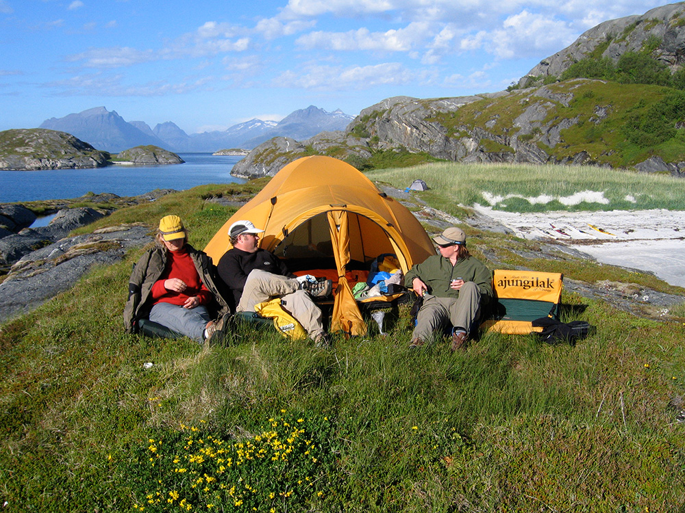 Tältplats ute på udden, finstranden med tält i bakgrunden