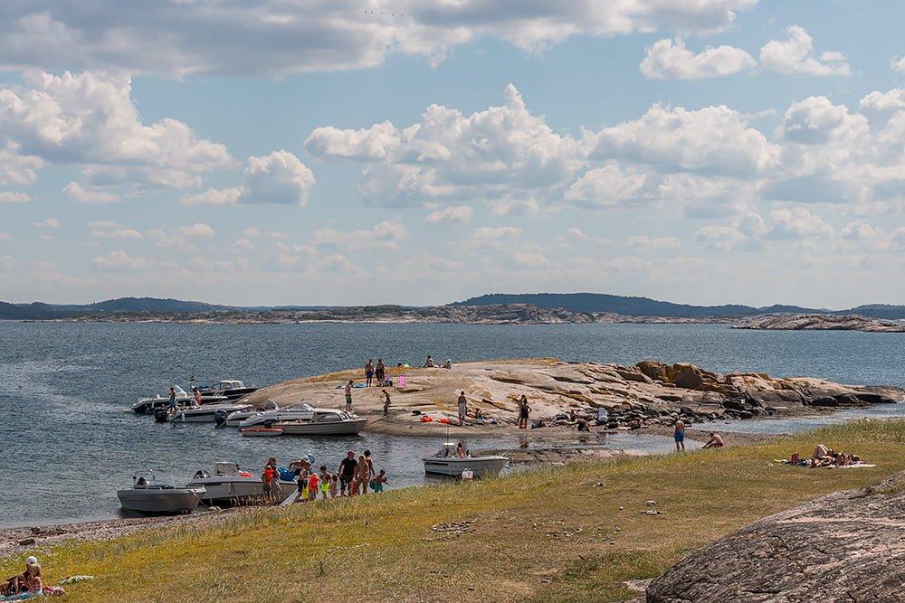 En hel det badbåtfolk på Stora Måkholmen