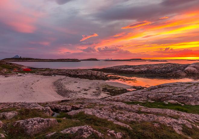 solnedgång på Indre Korsholmen utanför Lurøy.solnedgång på Indre Korsholmen utanför Lurøy.