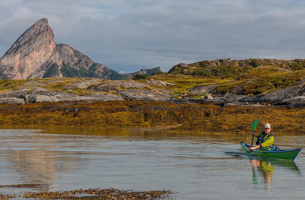 Pia mellan Ravnøya och Gjessøya med Rødøy och massa tång bakom