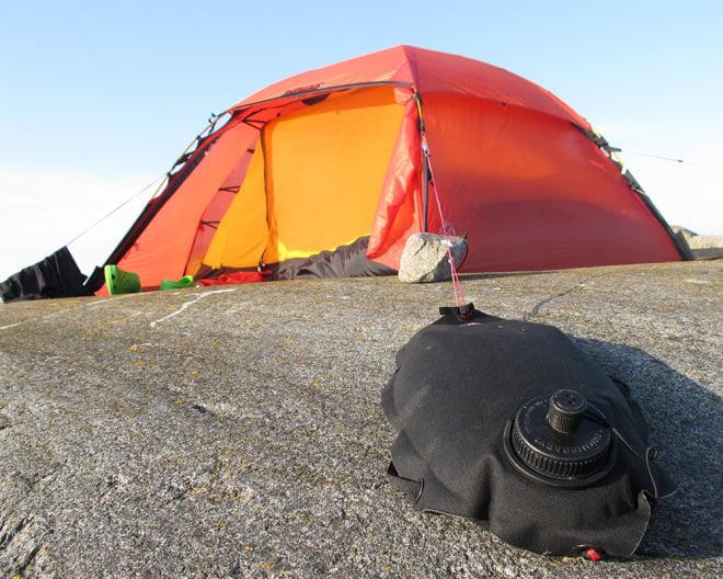 En vattenlägel kan även användas till att förankra tältet