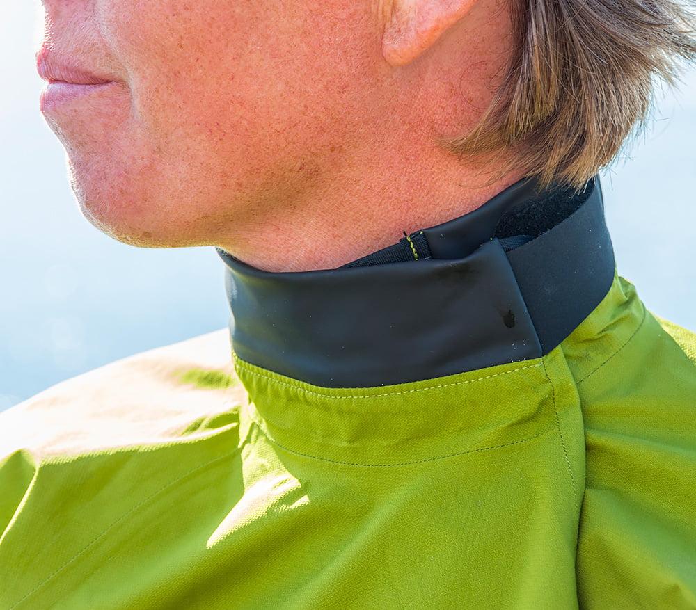Stängd halsöppning som även går att ha rejält öppen för bra luftning