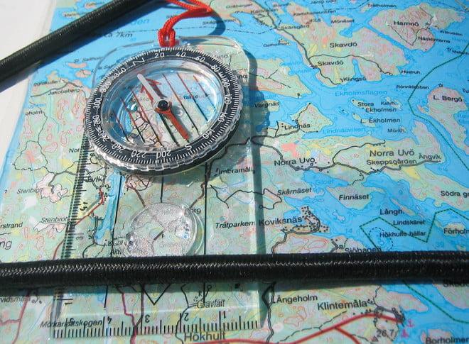 Vanlig enkel orienteringskompass fungerar alldeles utmärkt även i kajaken