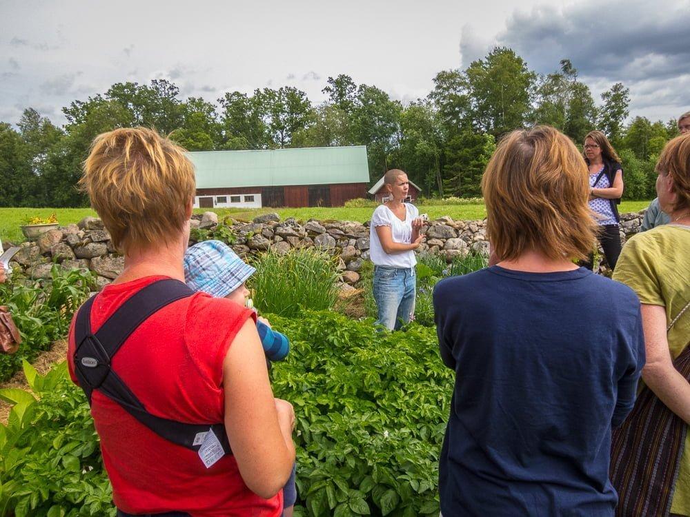 Sara förklarar om täckodling, vitlökar, fröer med mera