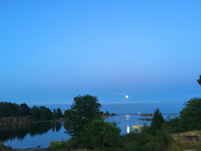 Fullmånevy över Dragskärs skärgård och ut mot Blå Jungfrun