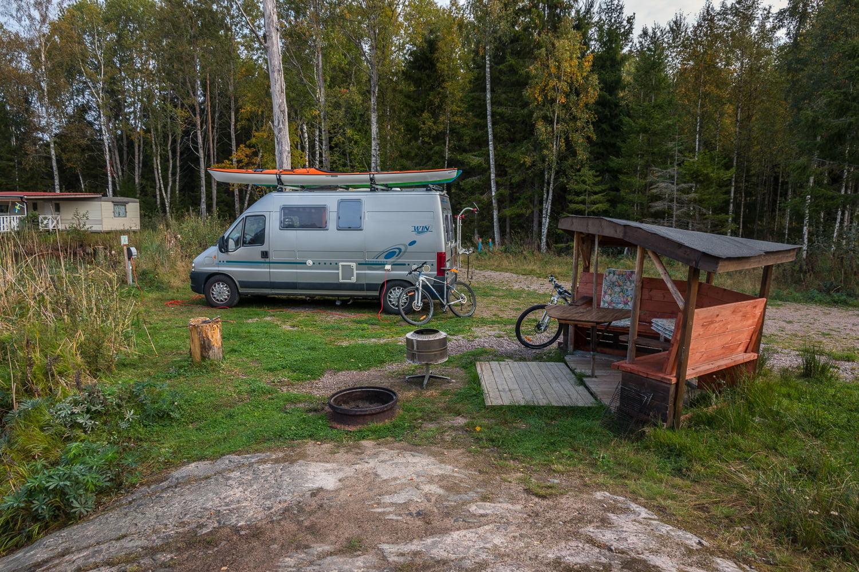 Åråshult camping med egen eldplats och sittplats vid varje plats