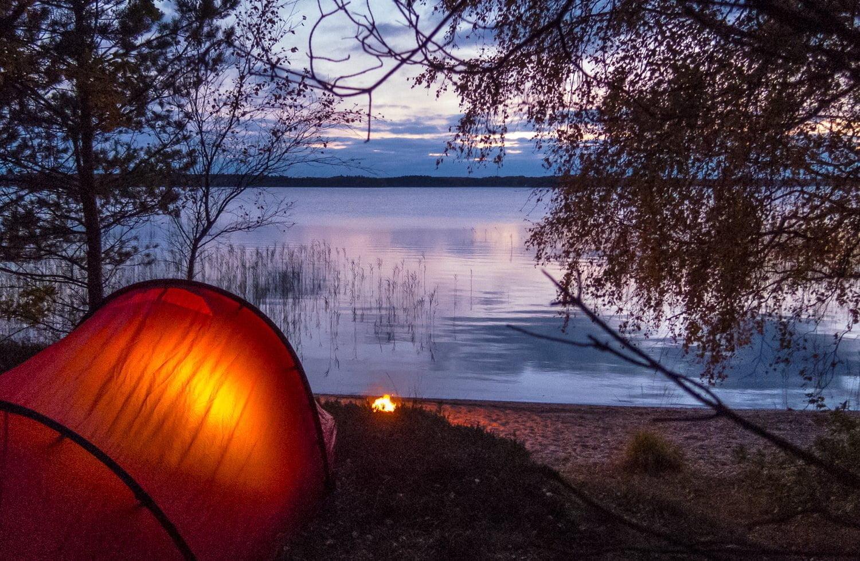 Tält och brasmys strax innan mörkret tar över
