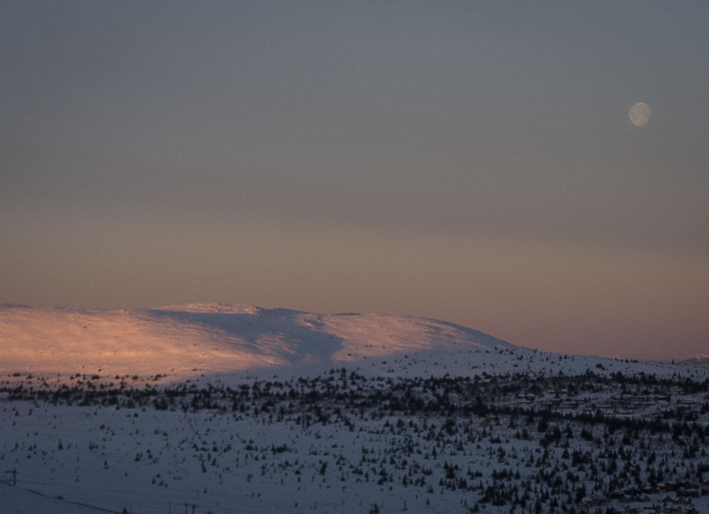 Skurufjellet i morgonljus och måninslag