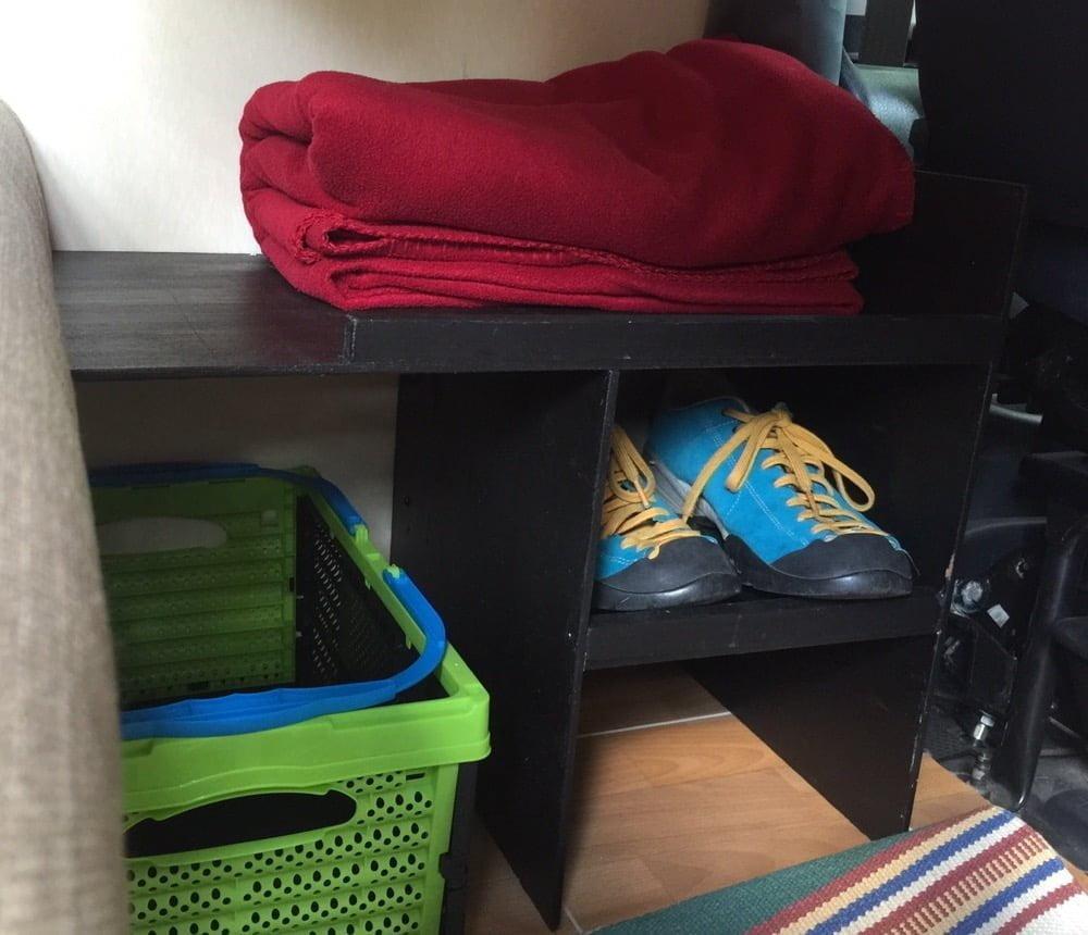 Smidig hylla under bordet. Ett utrymme som sällan används på en Plåtis, speciellt inte om man åker/bor två personer.