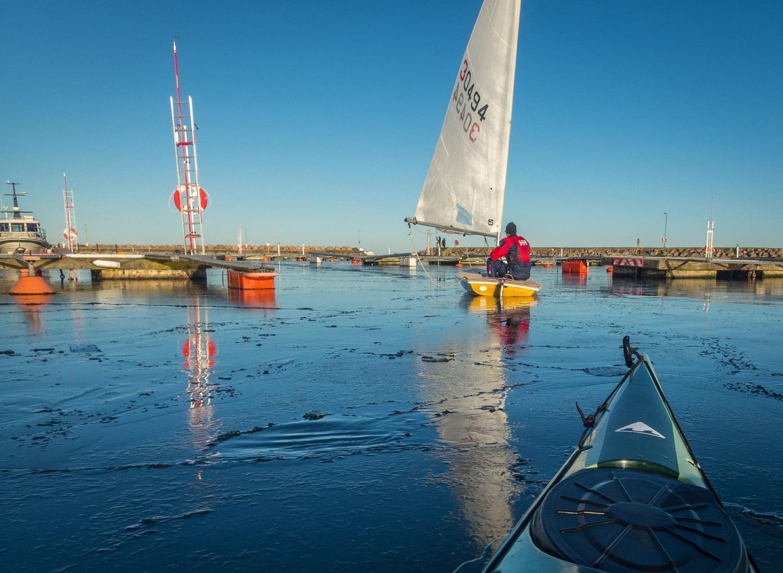 Lätt isbrytning i hamnen. Pia jagar Jolle som jagar Erik ;)
