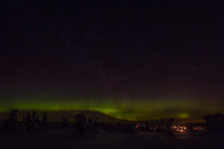 Norrsken, stjärnhimmel och lite stugbelysning