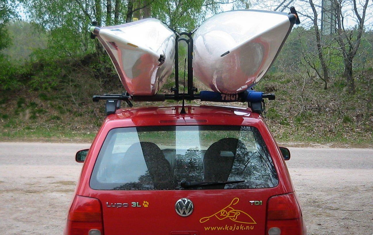 Thules variant av höglastare, Thule Kayak Support. Fällbar. Denna ger lite mer luft mellan kajakerna jämfört med smal pinne. Inte bra om man vill få plats med många men bra vid vissa extra bananformade kajaker