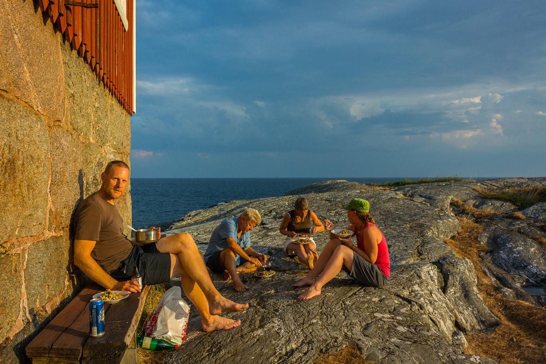 Middagshäng i släpljuset vid fyrhusväggen